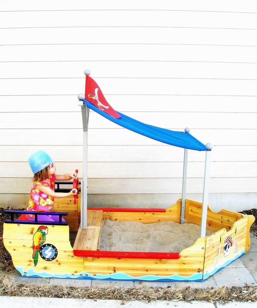 Песочница в виде корабля прекрасно впишется в общий ландшафтный дизайн придомового участка