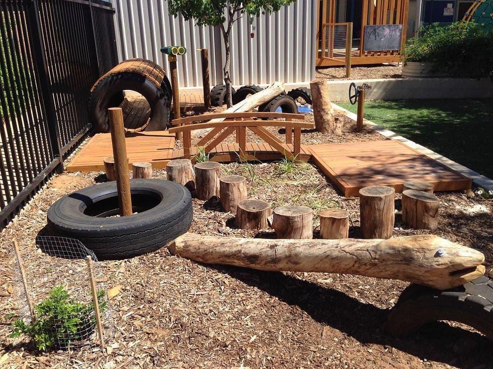 Используя подручные материалы можно организовать собственную полосу препятствий у себя во дворе