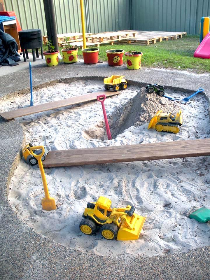 С большой песочницей во дворе лето для ваших малышей пройдет незаметно