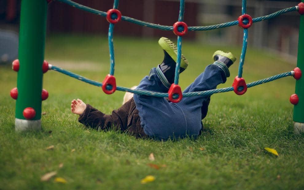 Избежать детских падений на игровых площадках невозможно, но минимизировать риск получения травмы можно, если использовать современное и безопасное покрытие