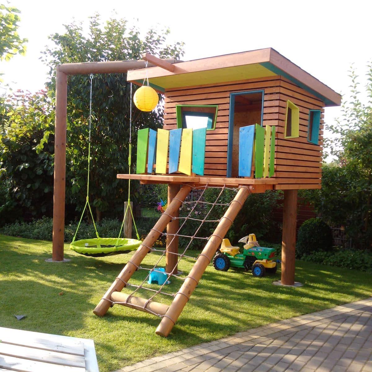 Детский игровой комплекс организованный на дачном участке