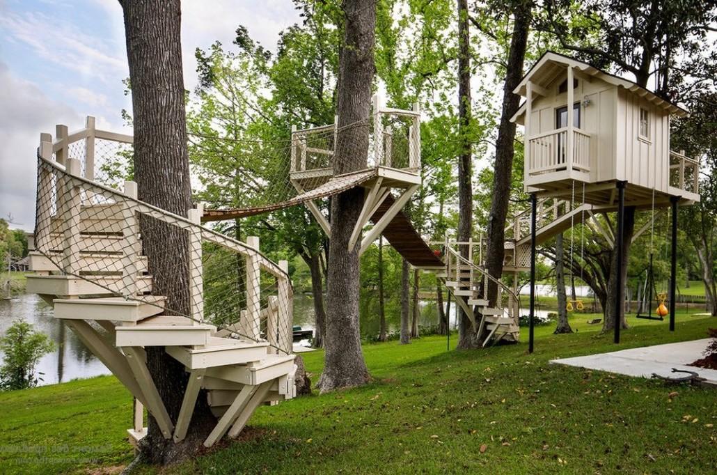 Необычный домик на дереве с красивой лестницей и подвесными мостами