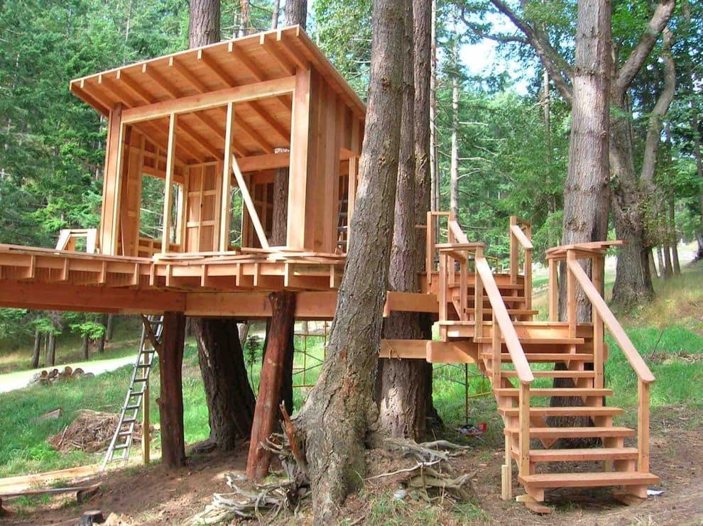 Деревянный каркас домика должен быть полностью обработан соответствующим защитным средством