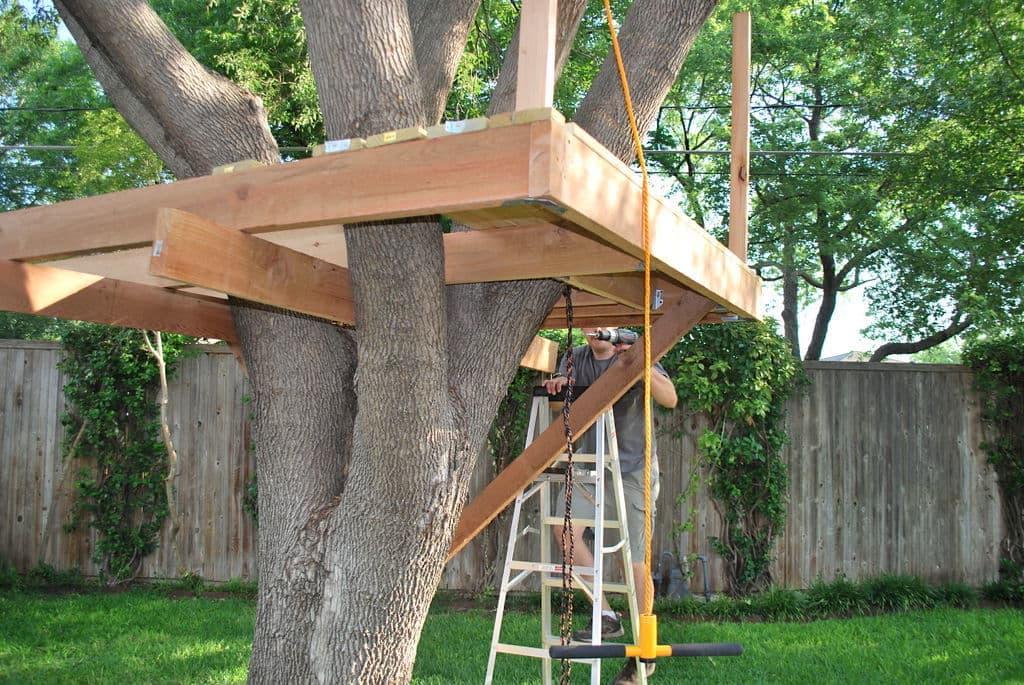 Монтаж каркаса домика на дереве должен начинаться с пола, который одновременно будет являться его основанием