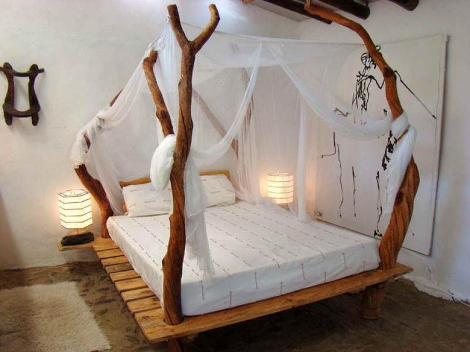 Конструкция балдахина на взрослую кровать с интересной формой деревянных опор