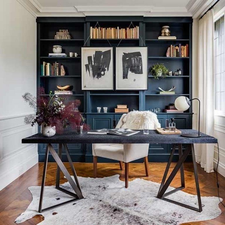 Декоративный коврик в виде шкуры животного добавит солидности в кабинете