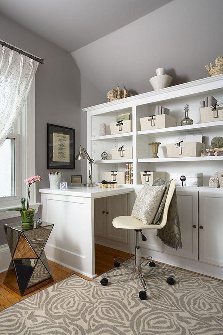 Светлый интерьер кабинета выглядит всегда спокойным и уютным