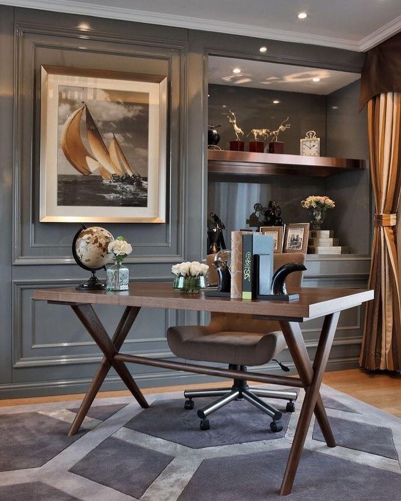 Спокойные тона во всех предметах интерьера подчеркивают утонченность вкуса хозяина кабинета