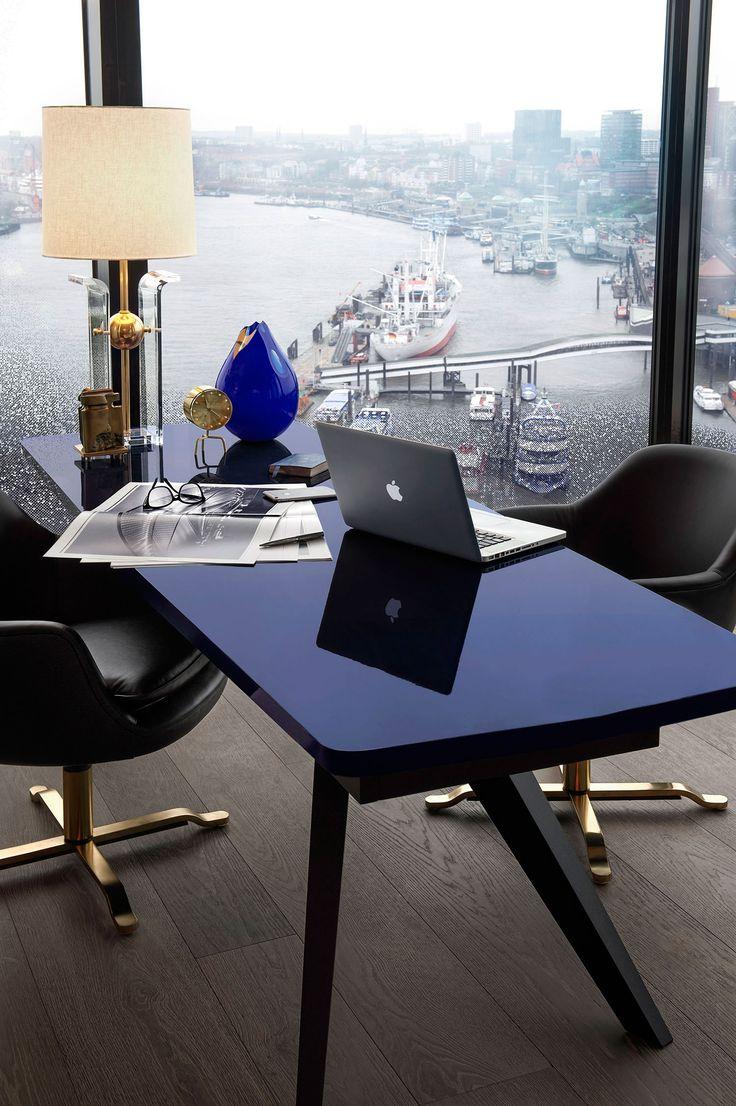 Глянцевая поверхность стола придает шик всему помещению и создает иллюзию увеличения рабочего стола