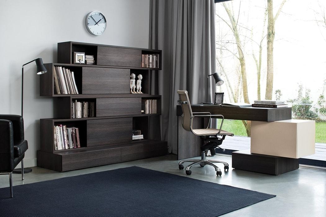 Необычная конфигурация письменного стола
