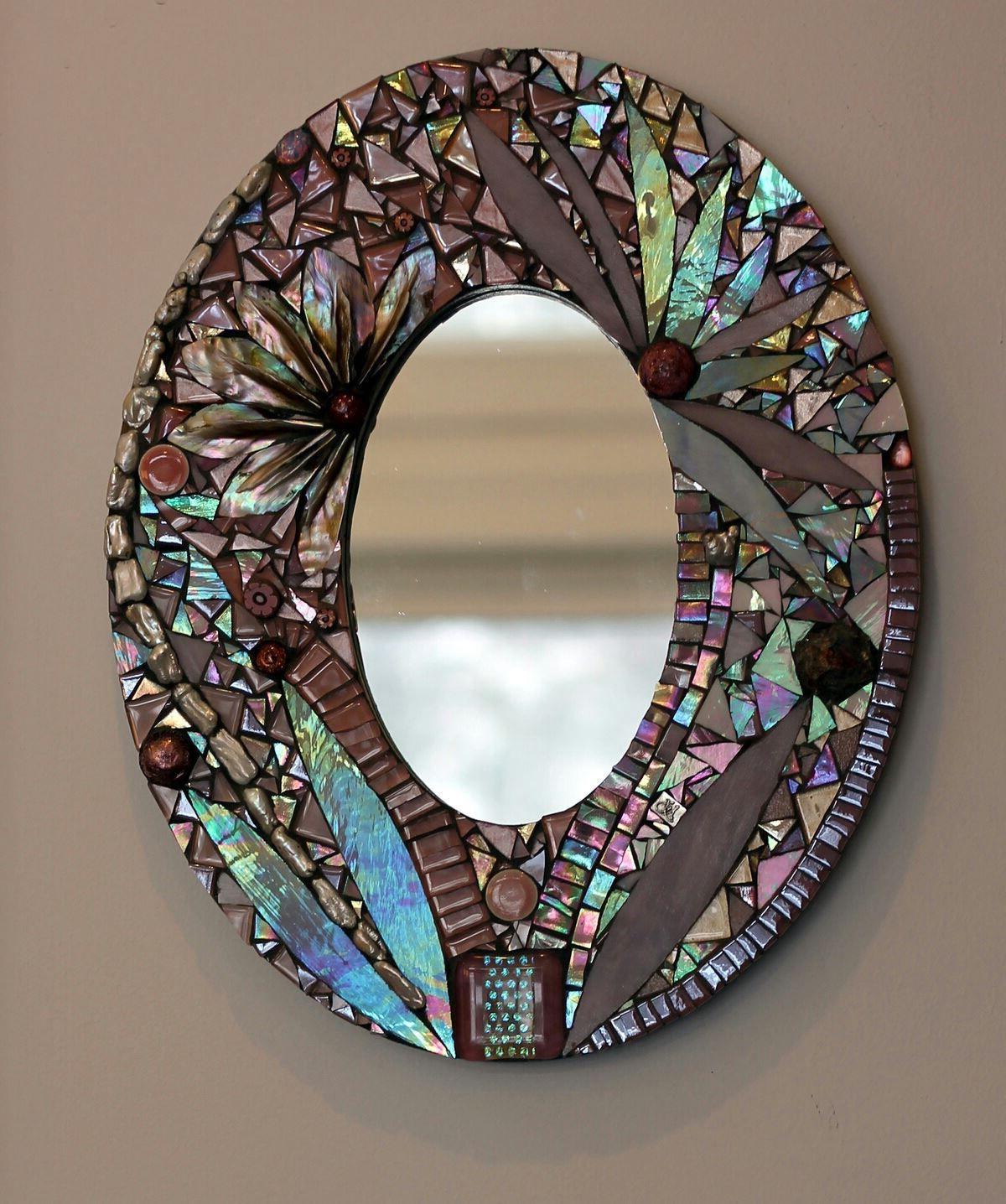 Зеркало обрамленное нежной мозаичной рамой