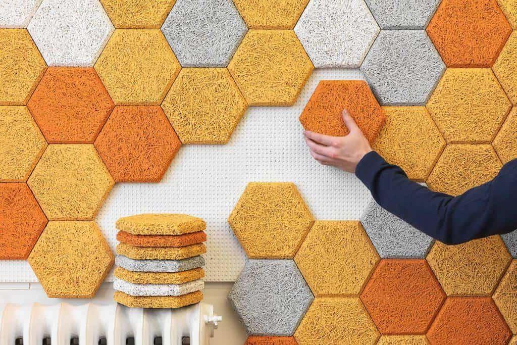 Чтобы интересно украсить стену в доме, совсем не обязательно тратить большие деньги, красивый декор можно изготовить своими руками из доступных подручных материалов