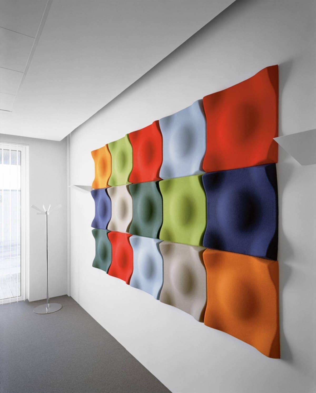 Стильное панно из разноцветных мягких элементов станет ярким колористическим акцентом