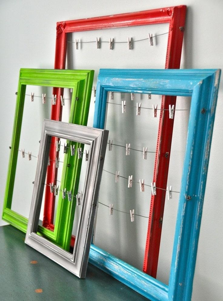 Подобные рамки достаточно просты в изготовлении, на миниатюрные прищепки можно вешать записочки и фотографии