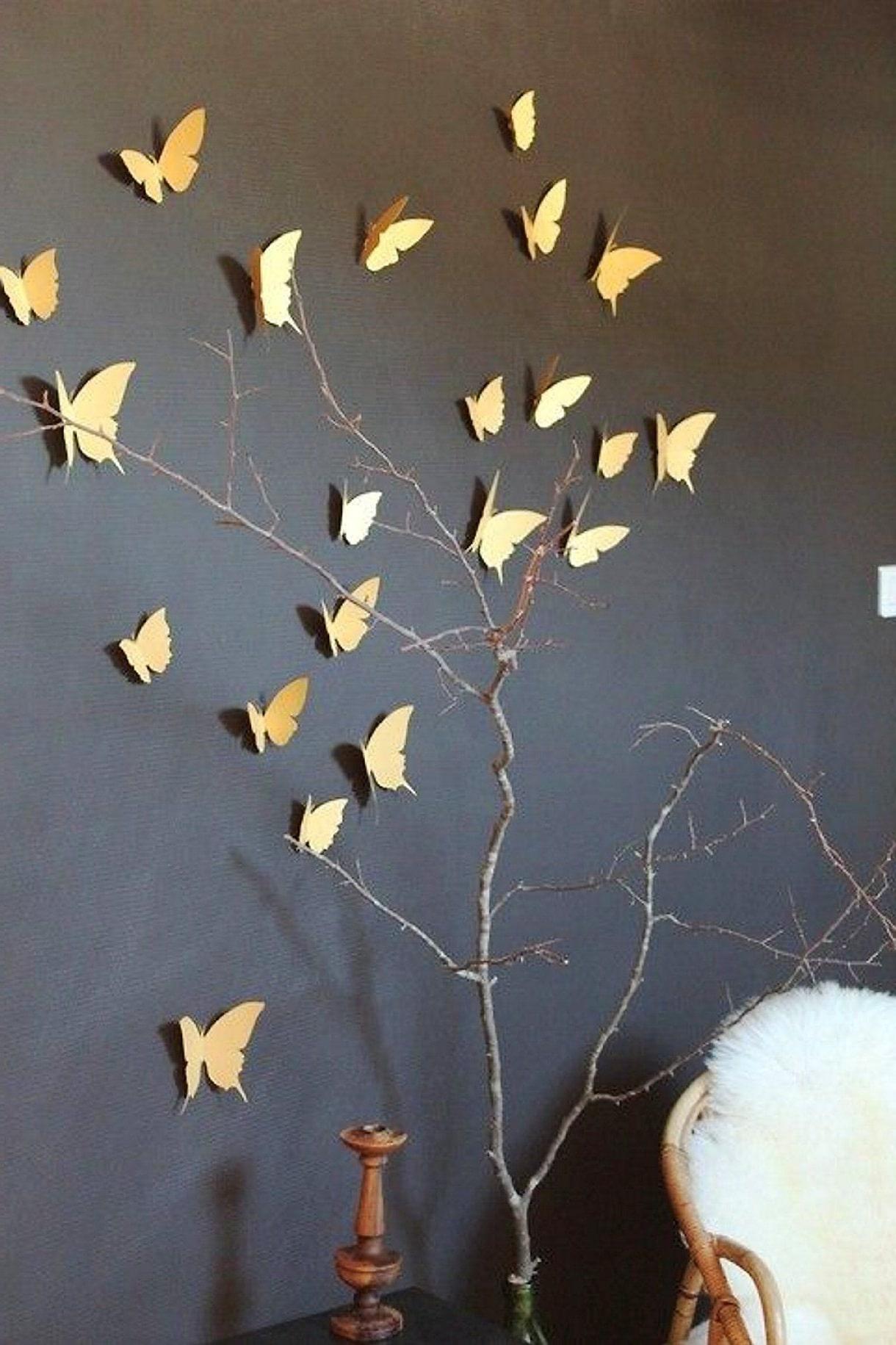 Объемные бумажные бабочки на черной стене