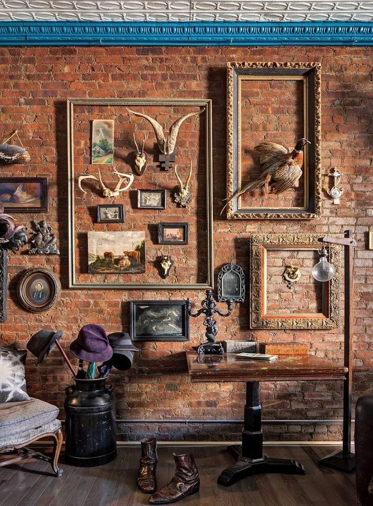 Богатые рамы на фоне цвета необработанной кирпичной стены в стиле лофт