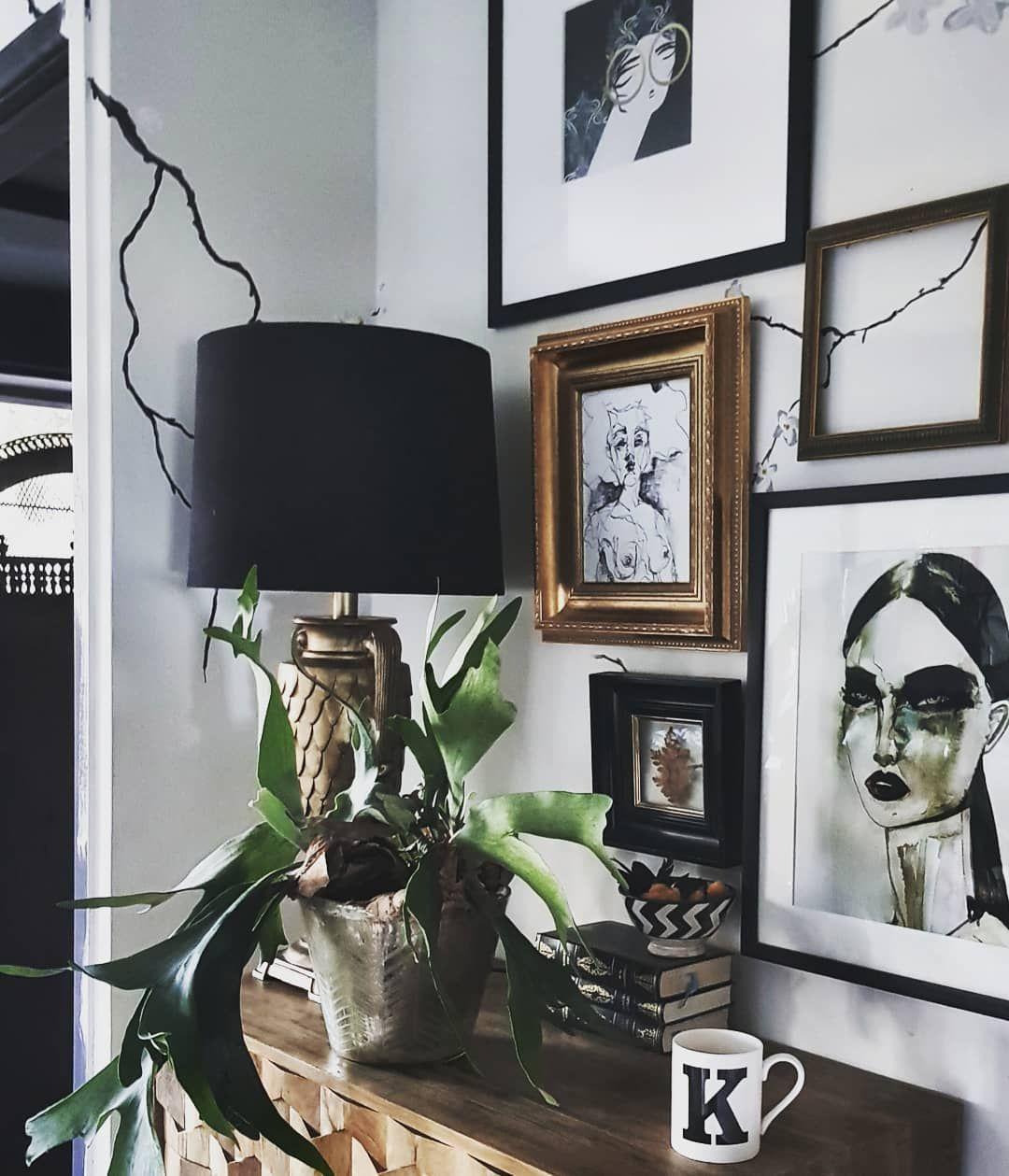 Простые дизайнерские решения в интерьере оказываются самыми удачными - декор для стен из рам разной фактуры и цвета гармонируют с остальными предметами интерьера
