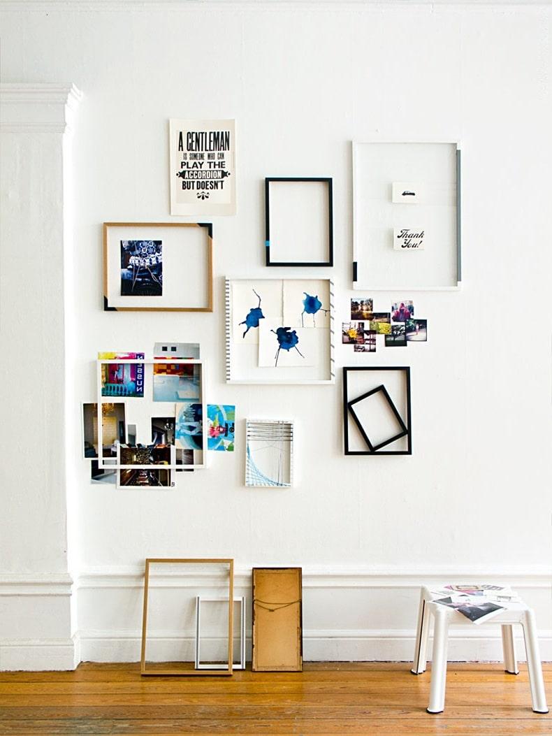 Творческие натуры могут создать на стене целый коллаж из пустых рам, фотографий, постеров и прочих элементов декора