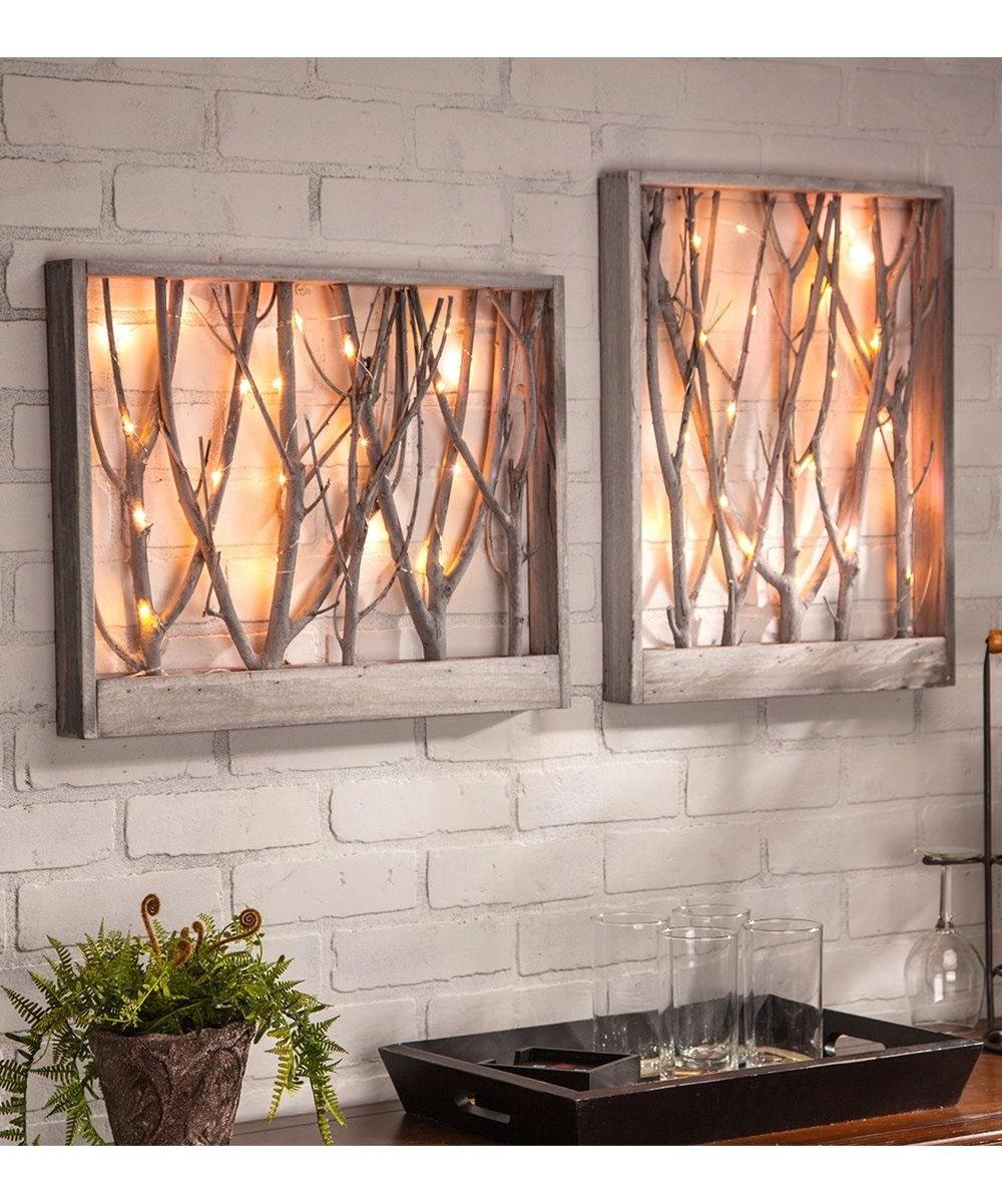 Голую стену из кирпичной кладки украсит панно из природных материалов с теплой подсветкой