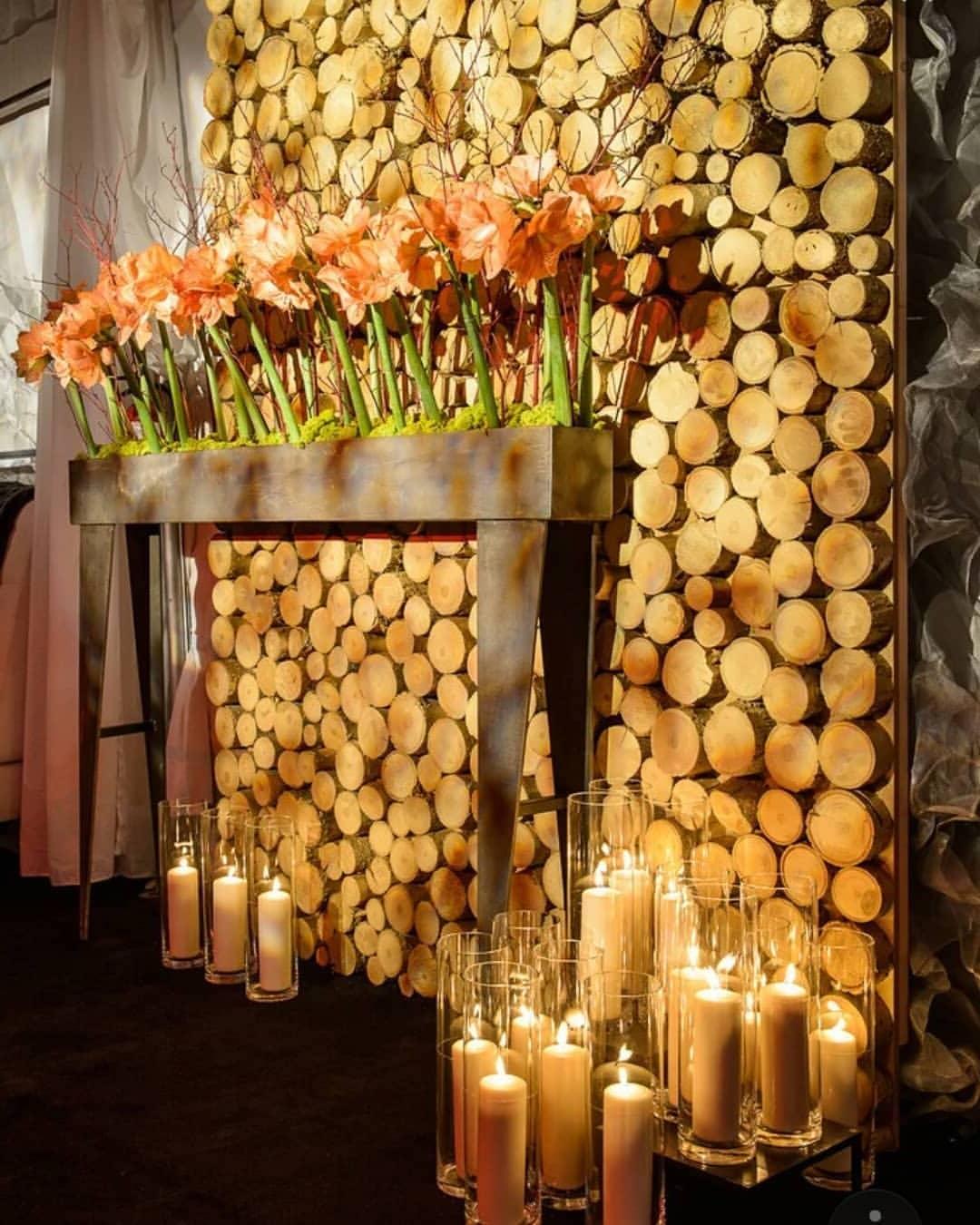 Грубость необработанного дерева смягчается дополнительными декоративными аксессуарами