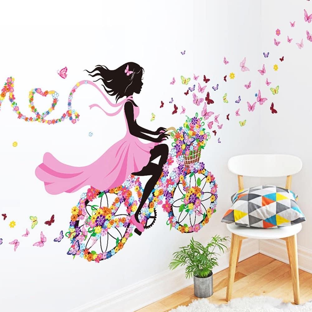 Красивая виниловая аппликация девушки, едущей на велосипеде, элегантно впишется в интерьер комнаты маленькой принцессы