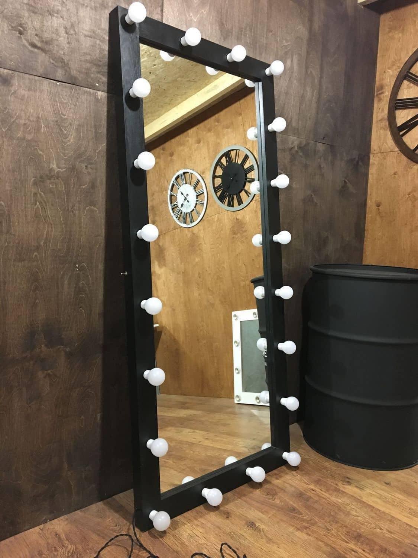 Стильное зеркало с декоративной подсветкой из белых лампочек
