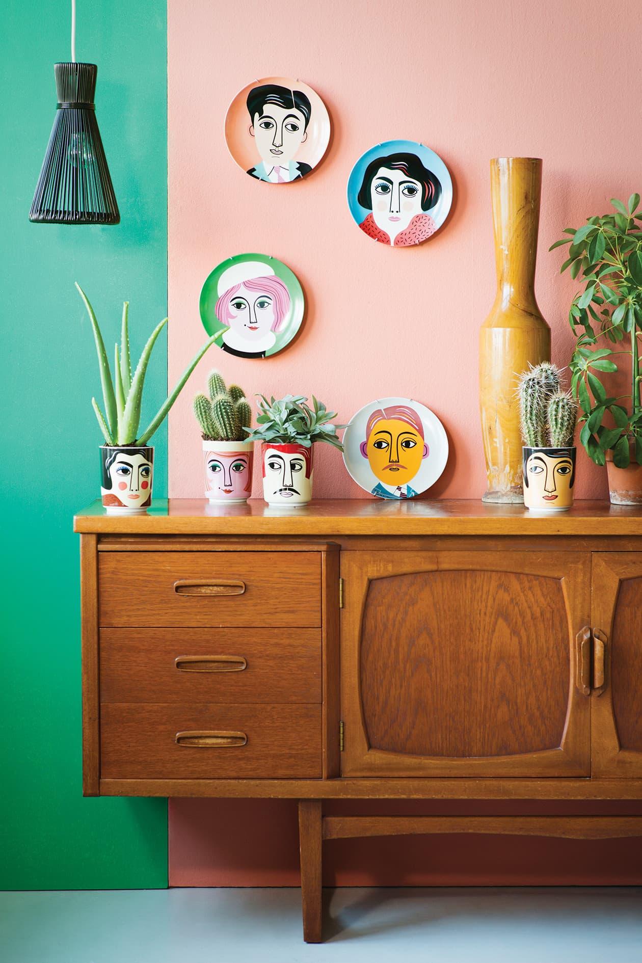 Роспись настенных тарелок лучше всего осуществлять специальными акриловыми красками для стекла и керамики