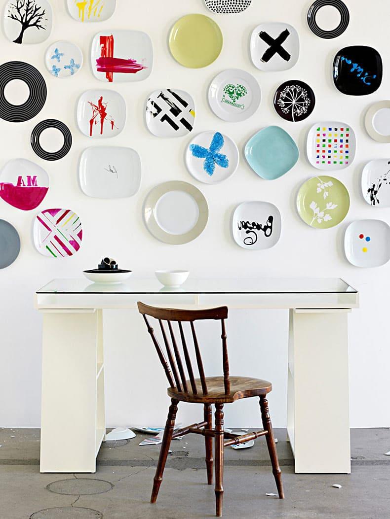 Декоративные тарелки на стене благотворно влияют на общую обстановку в интерьере, создавая идеальный внутренний комфорт