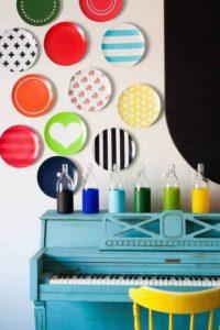 разноцветные тареклки на стене картинка