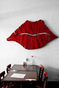 губы на стене