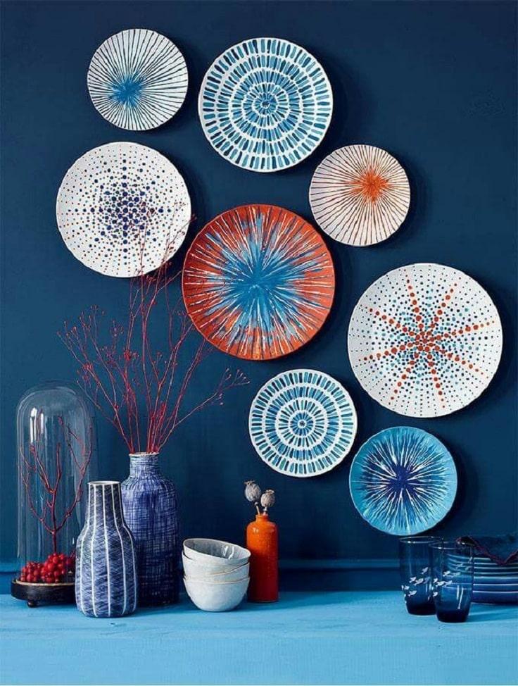 Гармонично подобранные тарелки на стену будут выглядеть стильно и модно в любом интерьере