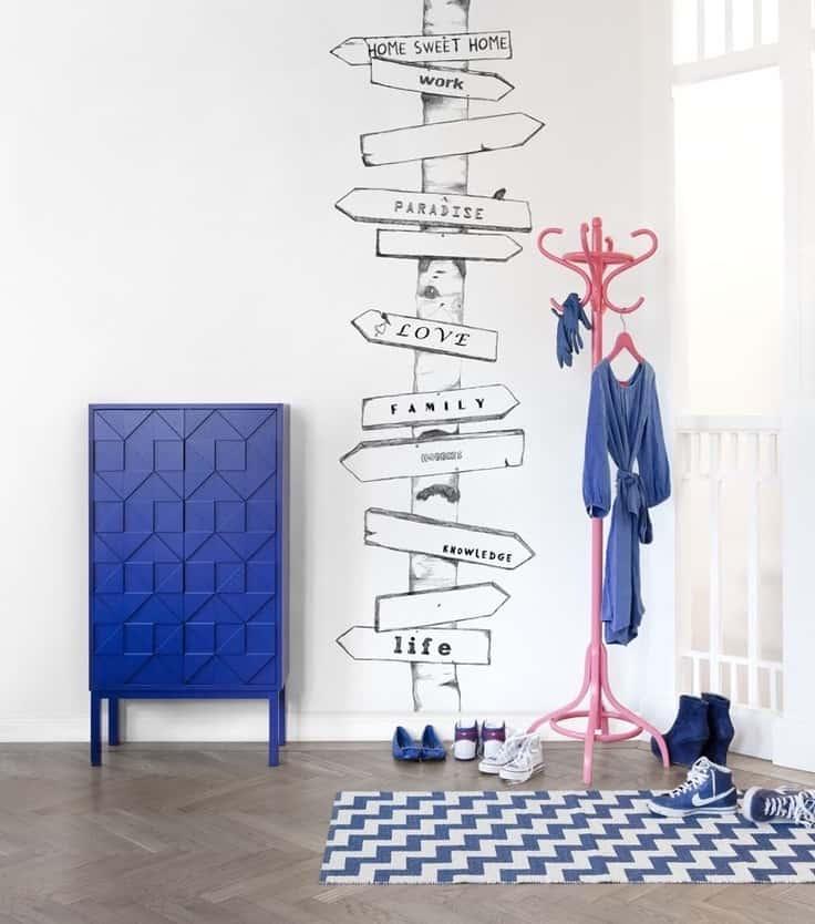Подчеркнуть уникальность стиля прихожей удалось при помощи декоративных настенных наклеек