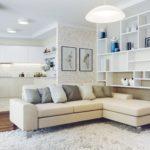 белый ковер и светлая мебель
