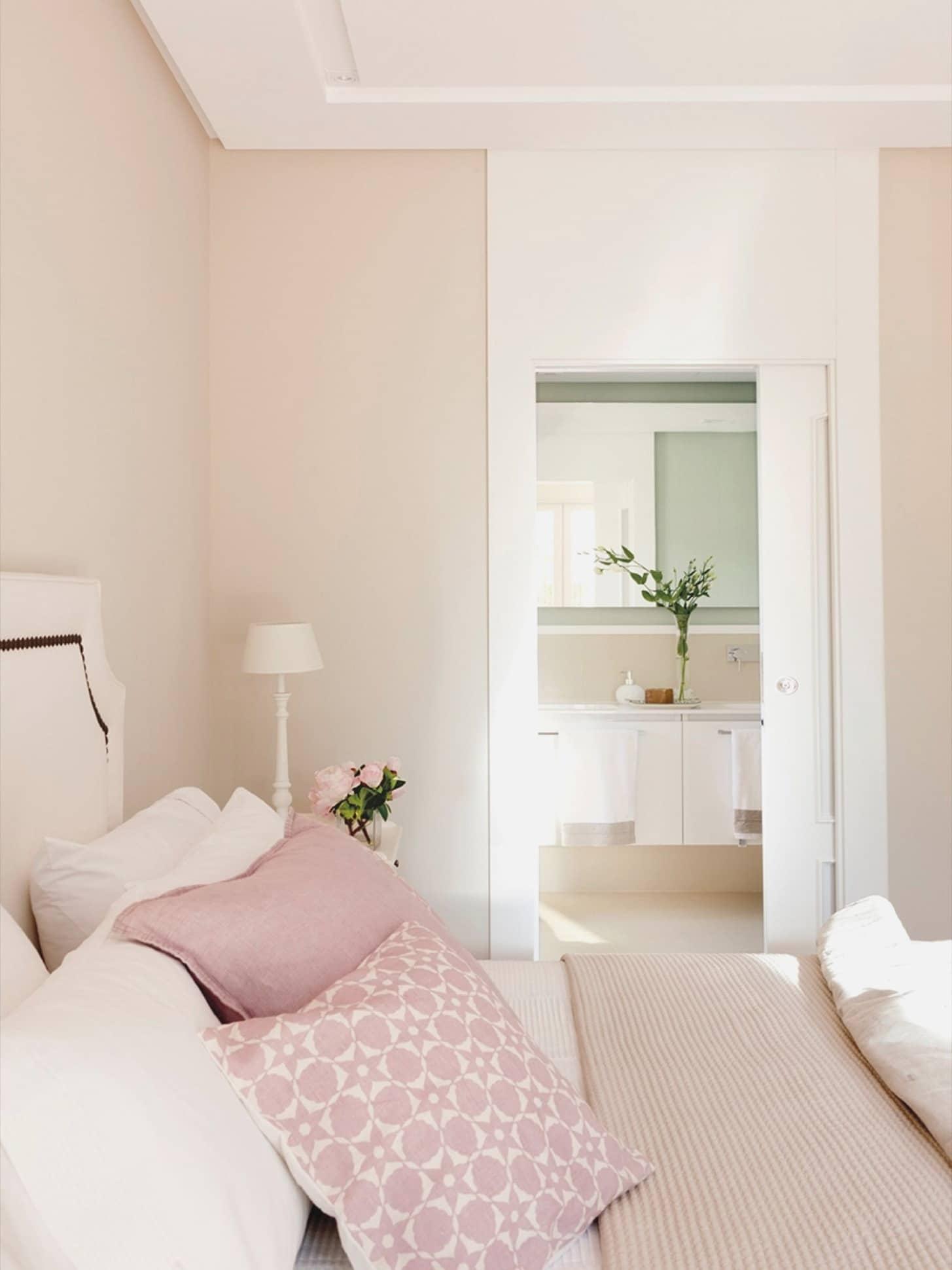 Комната на северной стороне, оформленная в бежевых тонах, будет казаться очень теплой и комфортной