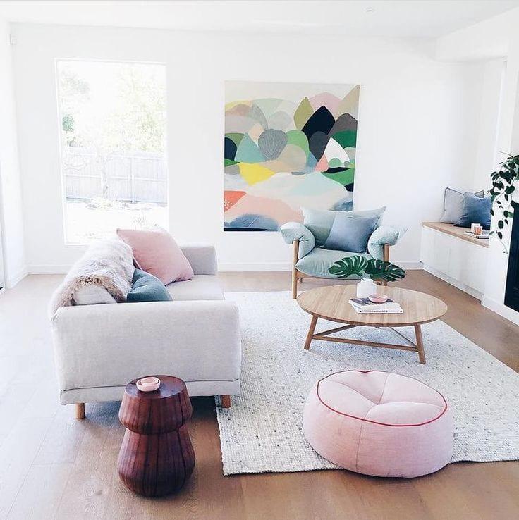 Картина на стене объединила в себе все краски комнаты