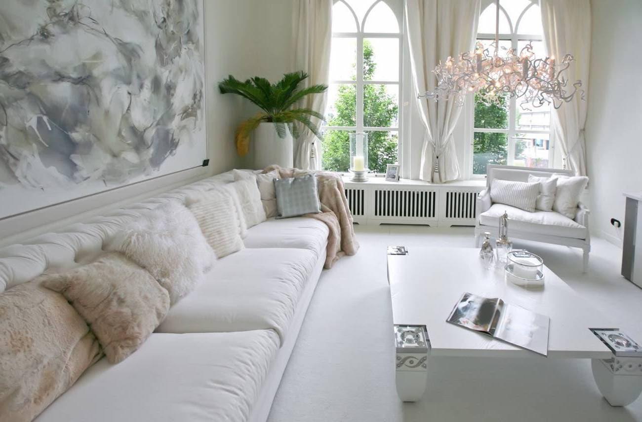 Плюшевые декоративные подушки добавляют необходимую мягкость всей комнате