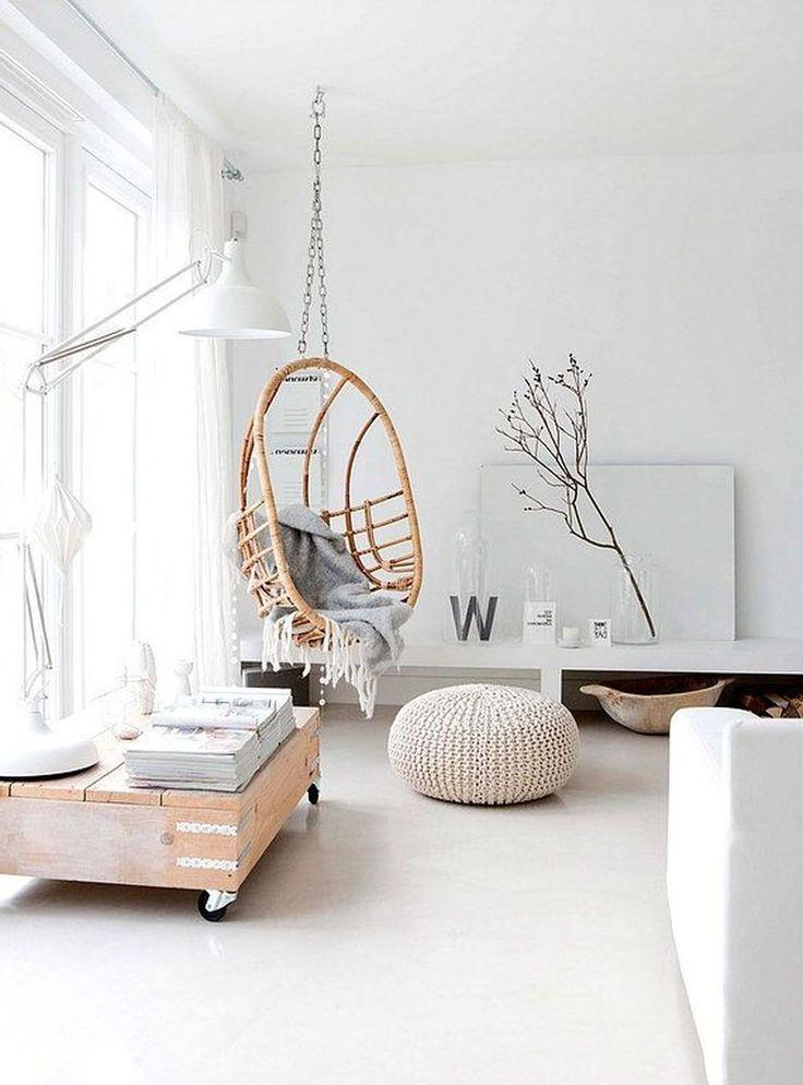 Элементы натурального дерева в идеально белой комнате