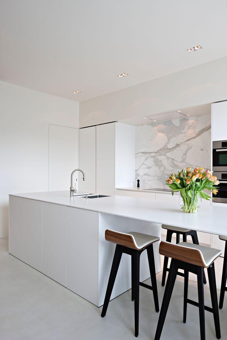 Эффектно и стильно выглядит белая кухня