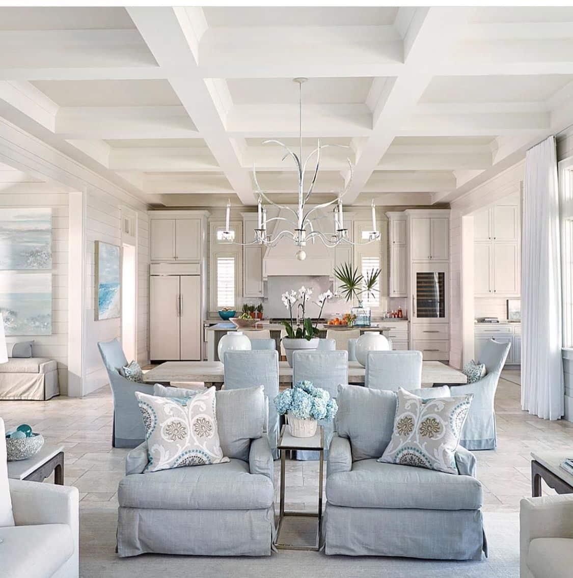 Легкий оттенок синих и голубых тонов наполняет воздухом и свежестью все помещение