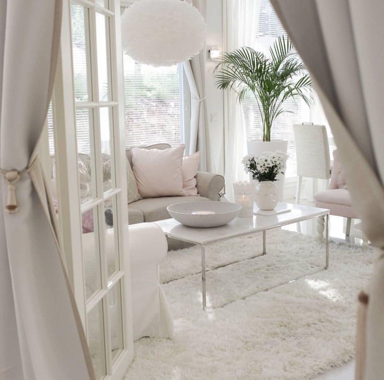 Пространство маленькой гостиной сможет увеличить светлый текстиль и мягкий ковер