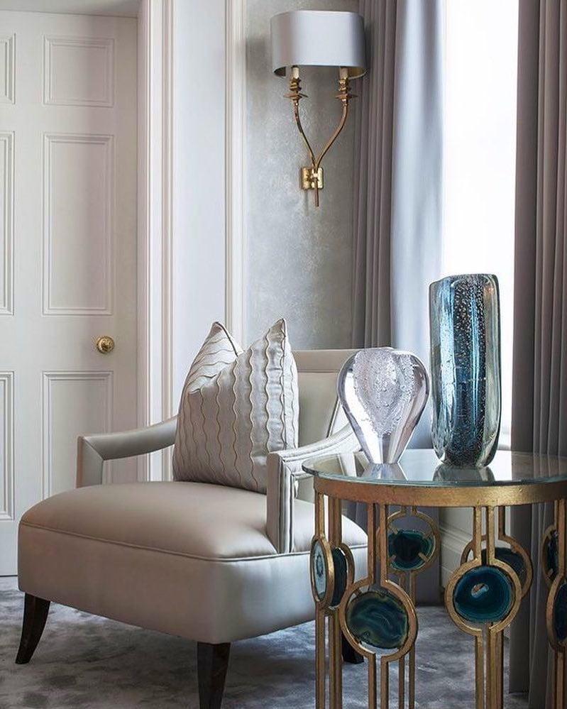 Винтажное кресло с перламутровой обивкой как незаменимый аксессуар для гостиной в стиле арт-деко
