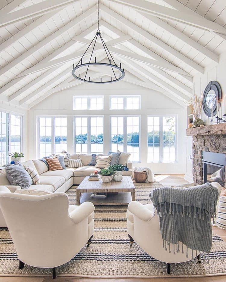 Интерьер такой гостиной просто дышит чистым воздухом и наполняется солнцем сквозь панорамные окна