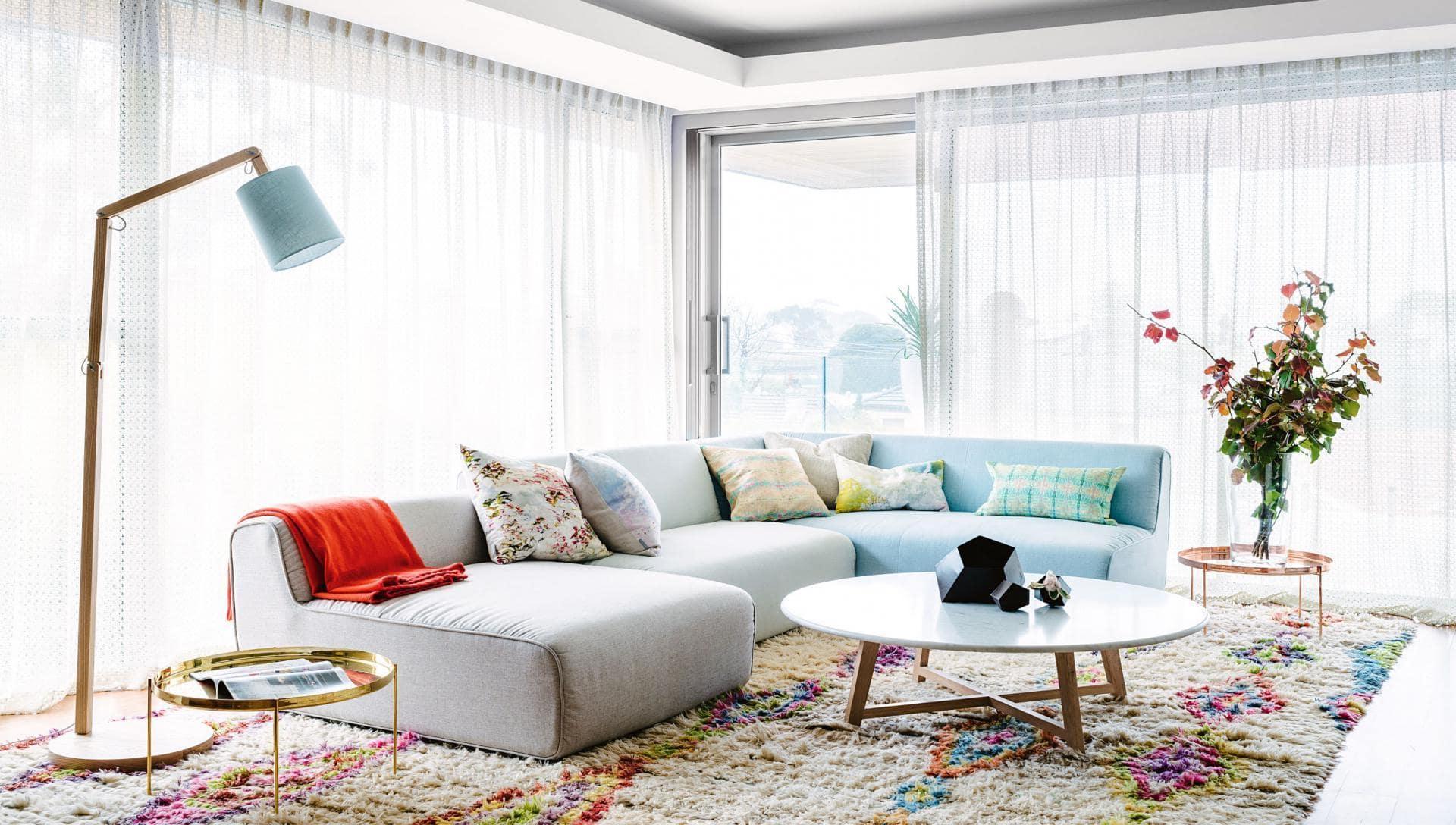 Яркий декор подходит для украшения белой комнаты