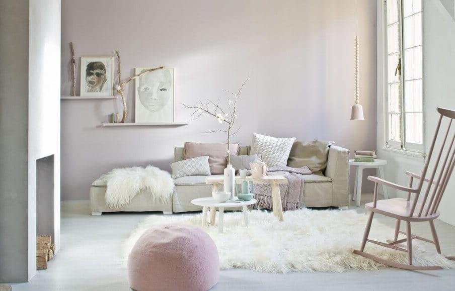 Главную особенность помещению добавит кресло качалка в тон стен