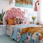 комната в ярких цветах