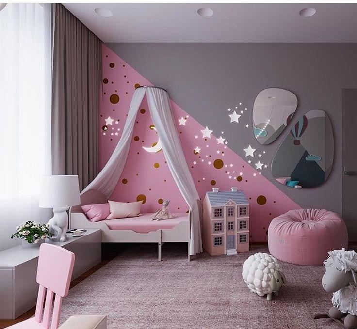Зеркальные элементы в комнате создают волшебный и загадочный мир для ребенка