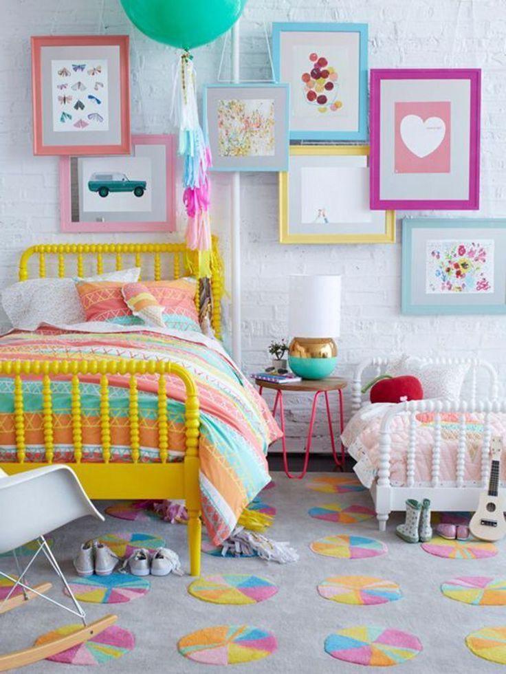 Освежить интерьер комнаты можно с помощью ярких элементов декора