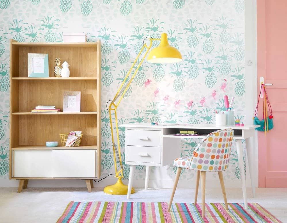 Торшер в комнате маленькой девочки, как основной источник освещения письменного стола