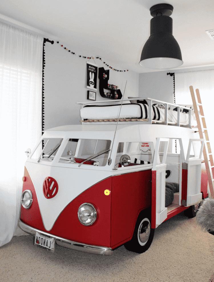 Интересный вариант расположения спального места в детской комнате