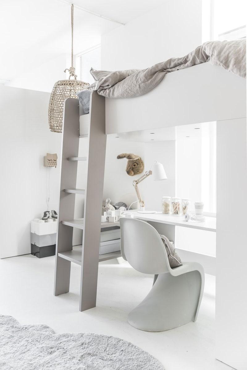 Стильная комната для школьника в белоснежном исполнении